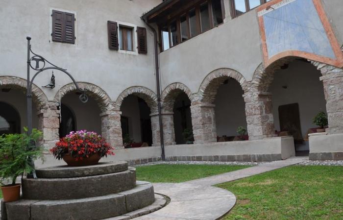 Cena Francescana nel chiostro del Convento dell'Immacolata dei Frati Francescani a Mezzolombardo