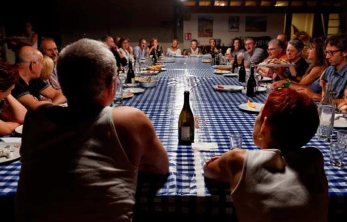 Attorno a un tavolo, piccoli fallimenti senza importanza: spettacolo teatrale che ha come palcoscenico una cucina, visibile durante il solstizio d'estate